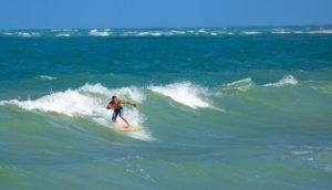 ALT = fare surf a Porto de Galinhas, Brasile