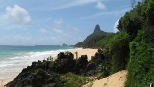 ALT = Praia do Cacimba do Padre, Fernando de Noronha, surf in Brasile
